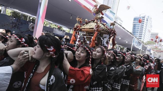 Puluhan peserta festival melakukan arak-arakan Mikoshi saat acara festival Jak-Japan Matsuri 2018 di Gelora Bung Karno, Senayan, Jakarta (9/9).(CNN Indonesia/ Hesti Rika)