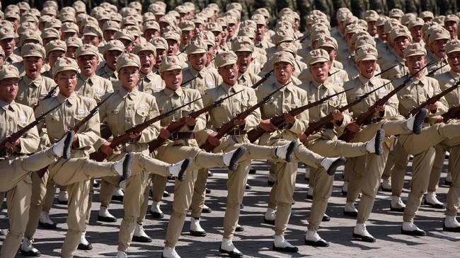 Tentara Kavaleri Rakyat Korea (KPA) berbaris selama rapat umum di alun-alun Kim Il Sung di Pyongyang pada 9 September 2018. (AFP PHOTO / Sebastien BERGER)