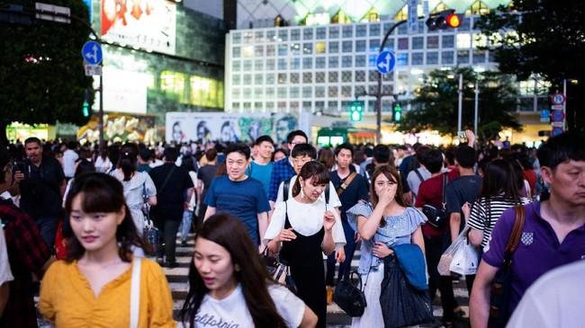 Para penyebrang jalan di Shibuya, Jepan. (AFP PHOTO / Martin BUREAU)