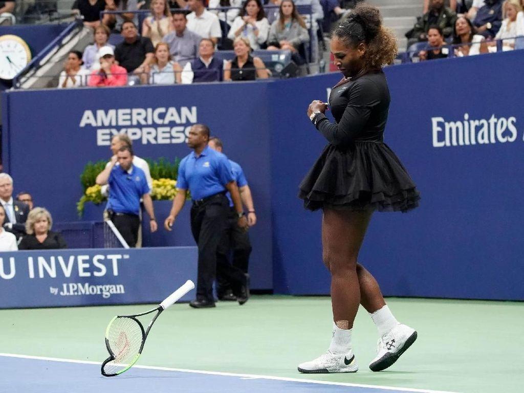 Serena juga sempat membanting raket saat mendapatkan peringatan kedua. Robert Deutsch/USA Today Sports/Reuters.
