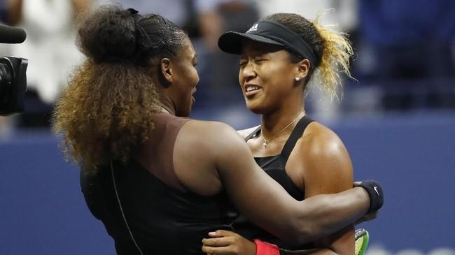 Saat berpelukan di net, Naomi Osaka mengaku dirinya kembali seperti gadis kecil yang berjumpa idolanya, Serena Williams. (REUTERS/Geoff Burke-USA TODAY Sports)