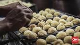 Berbagai kuliner khas Jepang meramaikan festival budaya Jak-Japan Matsuri 2018, salah satunya yang menjadi favorit pengunjung yaitu Takoyaki. (CNN Indonesia/ Hesti Rika)