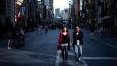 Orang-orang berjalan di distrik Ginza, Tokyo. (AFP PHOTO / Martin BUREAU)