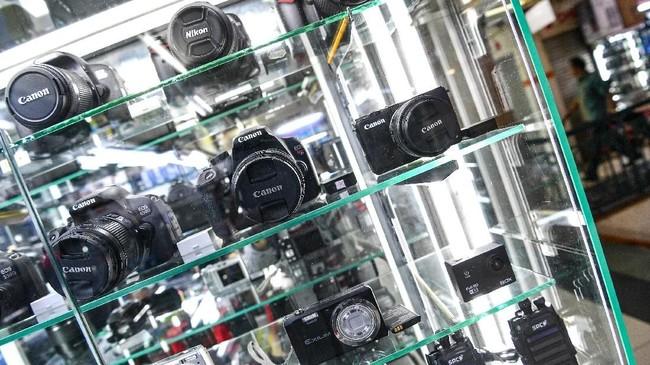 Nilai tukar rupiah yang sempat mencapai Rp14.900 per dolar AS membuat harga barang elektronik di Pusat Elektronik Glodok naik10 hingga 20 persen. (ANTARA FOTO/Sigid Kurniawan)