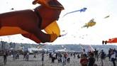 Layang-layang berukuran besar dan beragam warna menjadi objek berfoto para pengunjung yang datang diDieppe's Kite Festival.