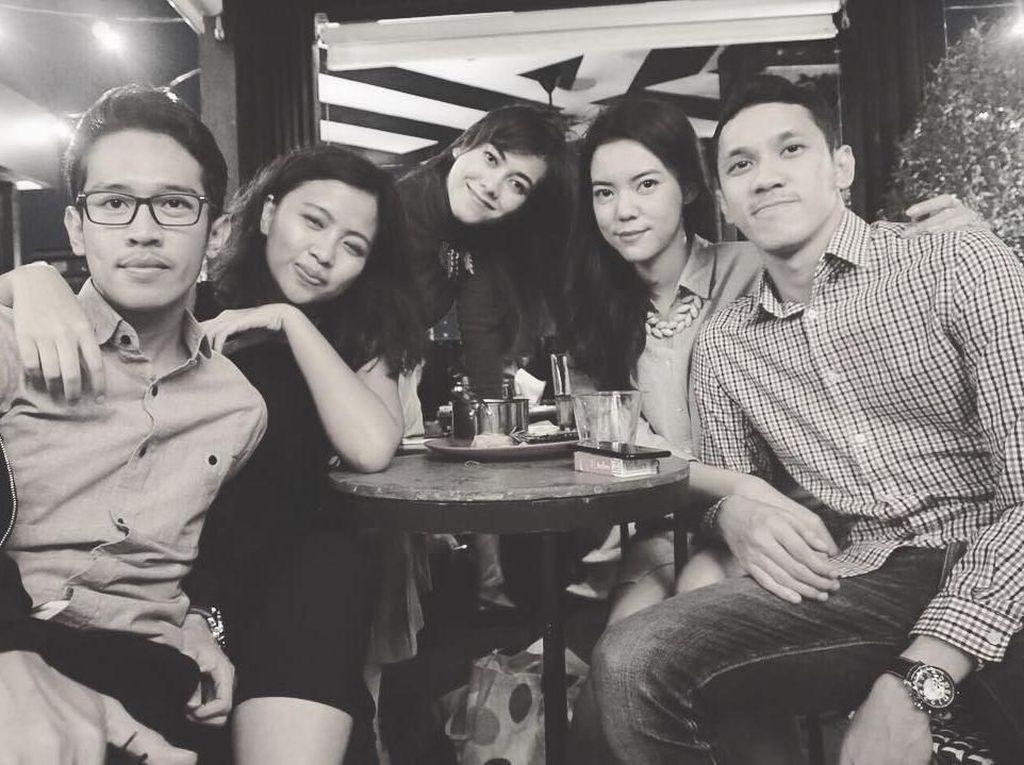 Duh begini gayanya saat hang out bersama teman-teman dan sang suami, Dimaz. Mereka terlihat serasi, kan? Foto: Instagram rianarizki
