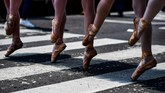 Para murid sekolah balet ini pun mendapatkan tantangan tersendiri kala mesti berjinjit di atas zebra cross yang panas diterpa terik matahari. (AFP PHOTO / RONALDO SCHEMIDT)