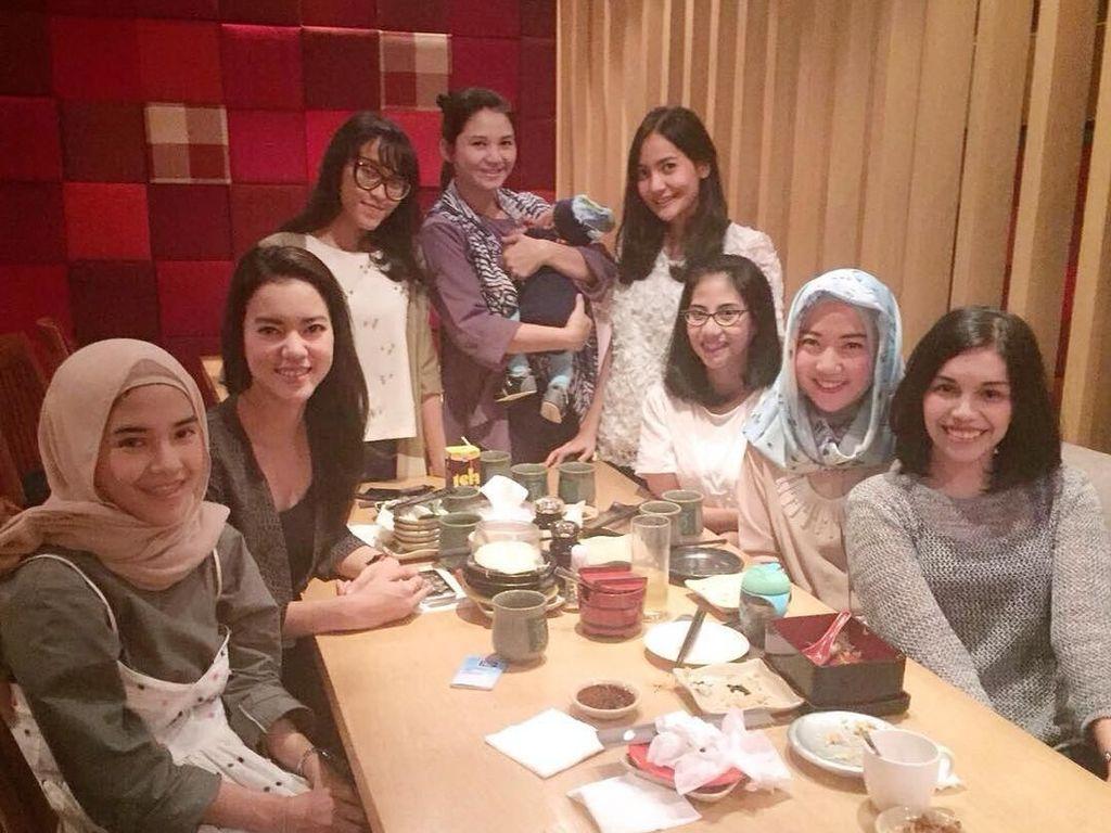 Lagi-lagi makan sajian khas Negeri Sakura. Ia dan teman-temannya memilih sebuah restoran Jepang sebagai tempat makan malamnya. Foto: Instagram rianarizki