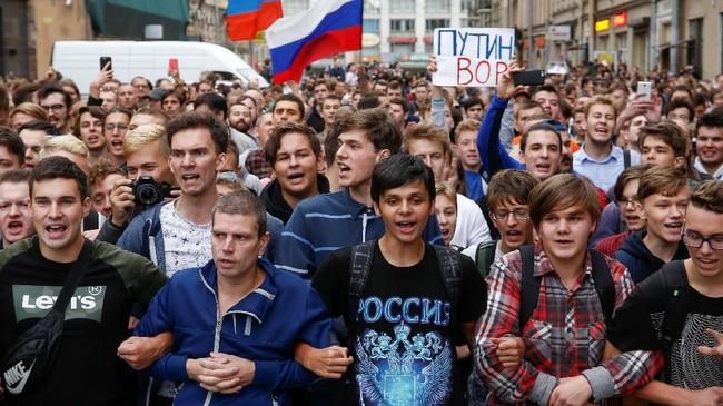 Ribuan demonstran di kota St. Petersburg, Rusia, menggelar aksi protes terhadap kebijakan pemerintahan Vladimir Putin menaikkan usia pensiun. (REUTERS/Anton Vaganov)