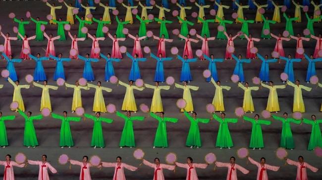 Berbeda dengan pagelaran seni sebelumnya, kali ini Korut tak menampilkan suguhan atraksi berbau anti-Amerika meski mereka sedang menanggung beban akibat sanksi Paman Sam dan Perserikatan Bangsa-Bangsa. (Reuters/Danish Siddiqui)