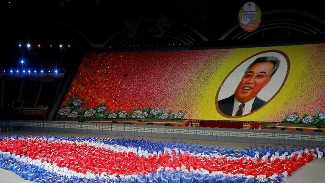 Pagelaran itu dibuka dengan menyanyikan lagu kebangsaan diiringi formasi warga yang membentuk bendera Korut dan wajah pendiri bangsa, Kim Il-sung. (Reuters/Danish Siddiqui)