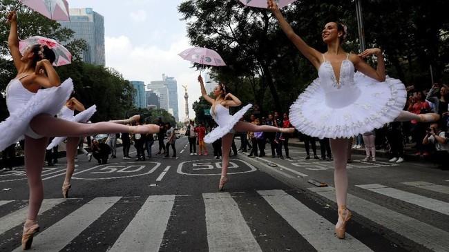 Aksi ini merupakan program dari Dinas Kebudayaan Mexico City yang ingin membawa seni tari, teater, dan sirkus, lebih dekat kepada masyarakat. (REUTERS/Carlos Jasso)