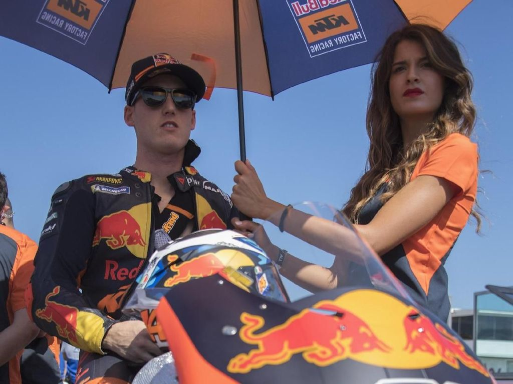 Pol Espargaro dipayungi umbrella girl di gari start MotoGP San Marino (Mirco Lazzari gp/Getty Images)