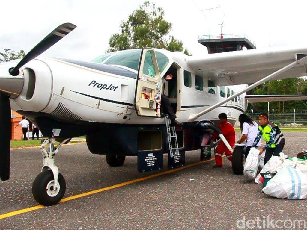 Kehadiran bandara di Kecamatan yang kondisi medannya sama dengan di pedalaman Papua ini, sangat penting bagi 3.800 warga yang tinggal di sana.