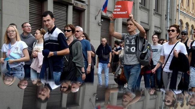 Kebijakan kenaikan usia pensiun ini mendapat protes karena rendahnya harapan hidup warga Rusia yang tercatat hanya 65 tahun. Jika kebijakan diterapkan, maka rakyat Rusia semakin sukar menikmati dana pensiun. (AFP PHOTO / Vasily MAXIMOV)