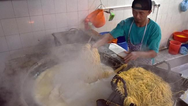 Produsen mie mengaku terkena imbas pelemahan nilai tukar. Harga tepung terigu sebagai bahan baku pembuatan mie naik sekitar 6,4 persen menjadi Rp5.320 per kilogramnya. (ANTARA FOTO/FB Anggoro)