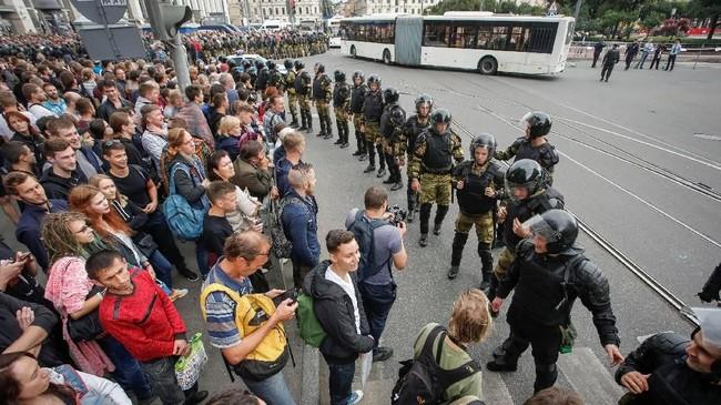 Kebijakan ini pun memantik gelombang demonstrasi di berbagai kota Rusia pada Minggu (9/9), di antaranya di Moskow, St. Petersburg, Volga, serta Samara. (REUTERS/Anton Vaganov)