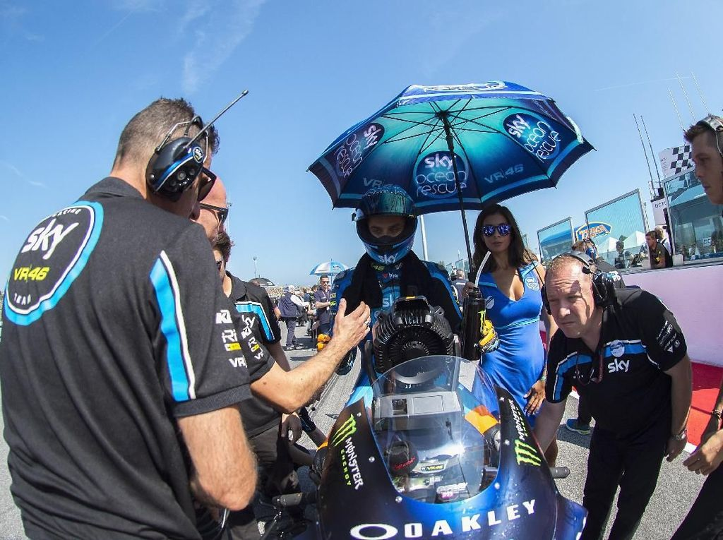 Luca Marini dari Tim Italy and Sky Racing Team VR46 bersiap di grid (Mirco Lazzari gp/Getty Images)