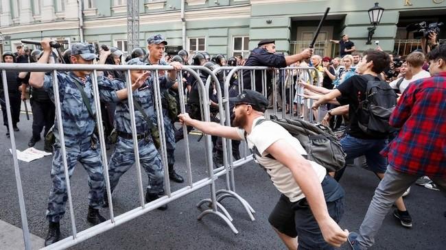 Aksi protes di berbagai kota ini pun sempat menimbulkan bentrok antara demonstran dan pihak kepolisian dan mengakibatkan sedikitnya 839 orang ditahan. Penangkapan terbanyak terjadi di St. Petersburg yaitu 354 ditahan. (REUTERS/Sergei Karpukhin)