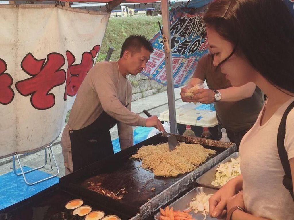 Masih jajan di Jepang, kali ini Riri mampir ke salah satu jajanan pinggir jalan di wilayah Osaka. Di sana terlihat penjual jajanan berbahan dasar mie. Foto: Instagram rianarizki