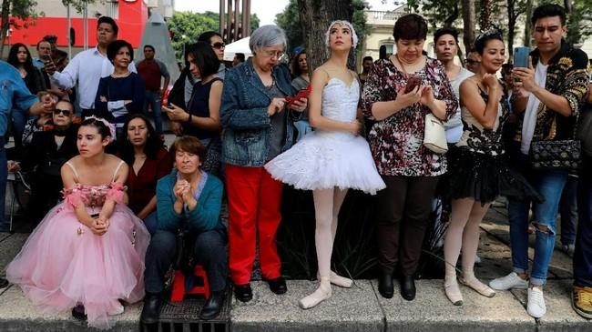 Sejauh ini, publik merasa terhibur dengan aksi para balerina bertutu menggemaskan di perempatan jalan Mexico City. (REUTERS/Carlos Jasso)