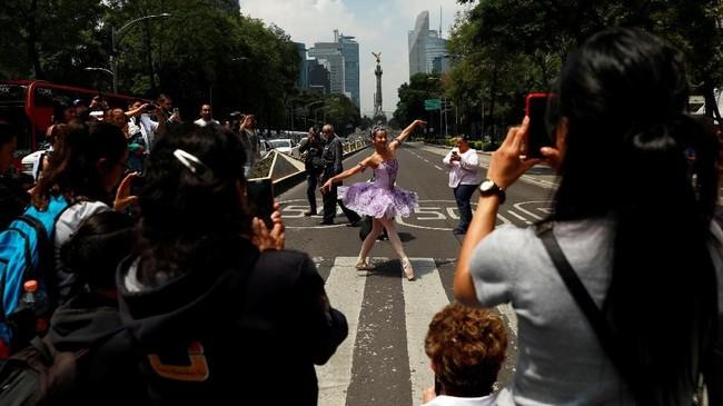 Pada 8 September lalu, sejumlah sekolah balet memindahkan panggung pertunjukan mereka di perempatan jalan Mexico City. (REUTERS/Carlos Jasso)