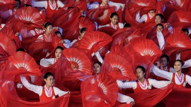 Setelah itu, pentas seni termegah di Korut ini pun digelar untuk pertama kalinya dalam lima tahun belakangan. (AFP Photo/Ed Jones)