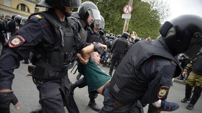 Pemerintah Putin sendiri mulai melunak dengan kebijakan usia pensiunnya setelah suara-suara protes menggelora di berbagai kota. Suara protes itu pun memicu seruan agar Putin mundur dari jabatannya. (AFP PHOTO / Olga MALTSEVA)