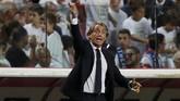 Roberto Mancini memberikan instruksi kepada skuat Italia. Usai timnya kalah 0-1 dari Portgal, ia mengeluhkan lini depan tim arahannya yang kurang tajam. (REUTERS/Rafael Marchante)