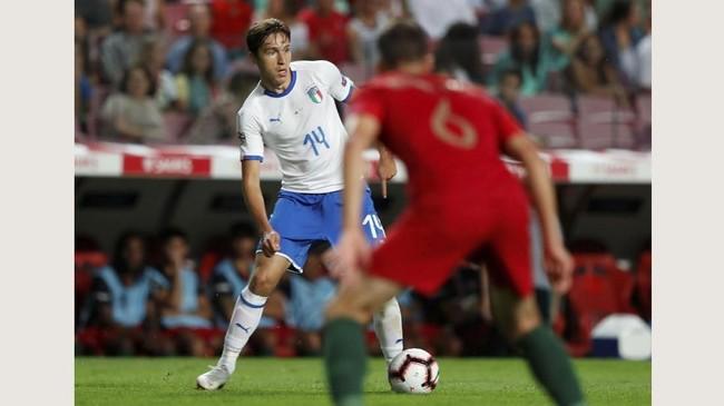 Penyerang Italia Federico Chiesa meneruskan jejak sang ayah, Enrico Chiesa, membela timnas Italia. Federico dimainkan sebagai starter pada laga itu. (REUTERS/Rafael Marchante)
