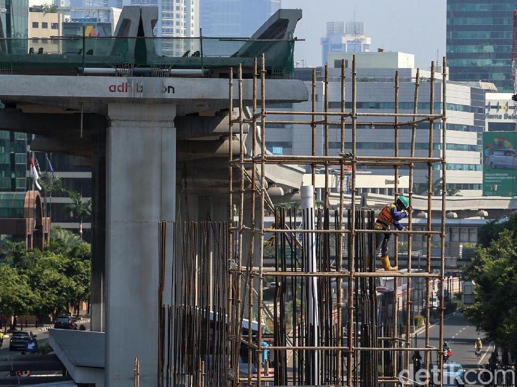 Para pekerja membangun tiang pancang dalam proyek LRT di Jl Rasuna Said, Jakarta.