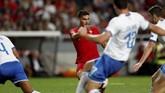 Penyerang Portugal Andre Silva mencetak gol ke gawang Gianluigi Donnarumma pada menit ke-48 setelah mendapatkan umpan datar dari Bruma. (REUTERS/Rafael Marchante)