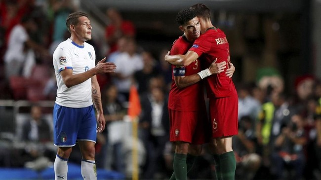 Pepe dan Ruben Dias merayakan kemenangan Portugal atas Italia, sementara Andrea Belotti (kiri) terlihat kecewa. Duet bek Selecao das Quinas itu menjadi andalan di lini belakang. (REUTERS/Rafael Marchante)