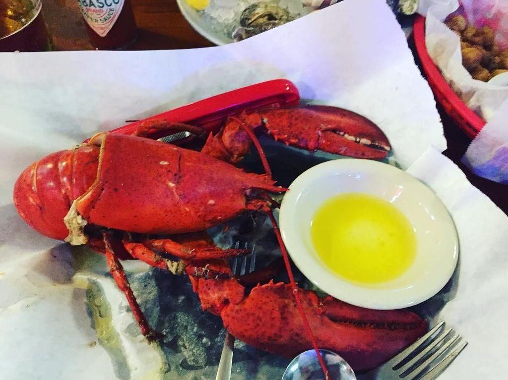 Lama tinggal di Australia, ternyata makanan kesukaan Vicky ada lobster berukuran besar dengan tiram yang masih segar. Foto: Instagram @vickykharisma
