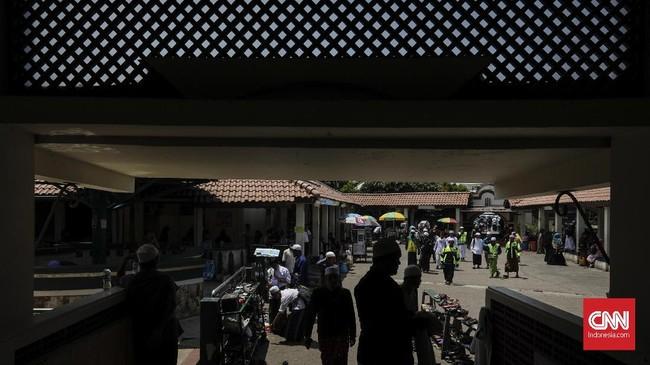 Bersamaan dengan Tahun Baru Islam 1 Muharram 1440. Banyak umat Muslim melaksanakan ziarah kubur ke makam para wali dan ulama, salah satu di antaranya adalah berziarah ke makam Habib Husein bin Abubakar Alaydrus, di Masjid Luar Batang. (CNN Indonesia/Adhi Wicaksono)