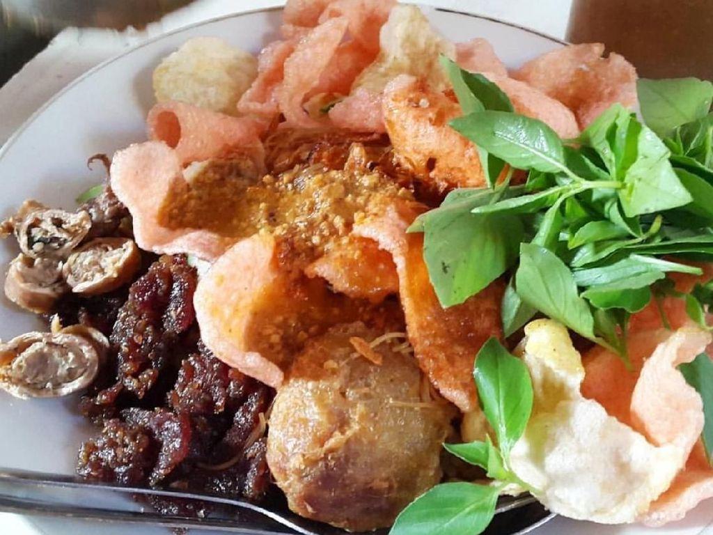 Katanya nasi ulam dari Glodok ini paling enak. Lihat saja perkedelnya yang gendut dan sambal kacangnya melimpah. Sedap! Foto: Instagram @i_m_linawati