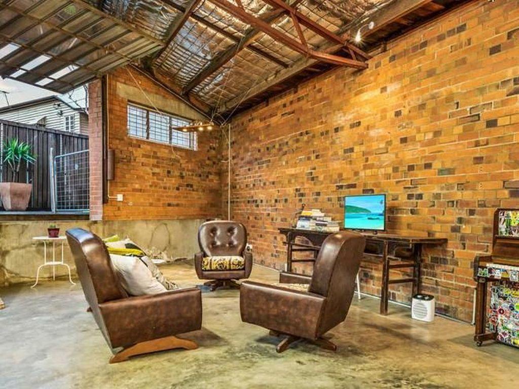 Interior gudang ini terbuat dari lantai betondengan dipadukandekorasi vintage. Membuat tampilan gudang terasa sangat mewah. Foto: Dok. Boredpanda.