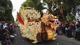 Peserta mengikuti kirab pusaka, lintas sejarah dan pesona wisata di Ponorogo, Jawa Timur, Senin (10/9). Kirab dalam rangka memeriahkan Grebeg Suro juga menyambut datangnya tahun baru penanggalan Jawa 1 Suro sekaligus tahun baru Hijriyah 1 Muharram. (Antara/Siswowidodo)