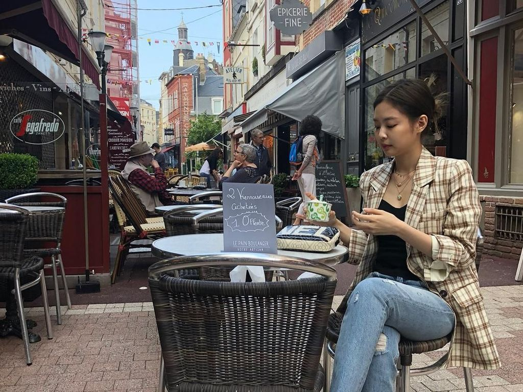 Tuh kan, lagi lagi melahap satu dessert dingin manis. Kali ini ia melahap satu cup gelato di Paris. Momen ini masuk dalam kenangan tak terlupakan bagi Jennie. Foto: Instagram @jennierubyjane