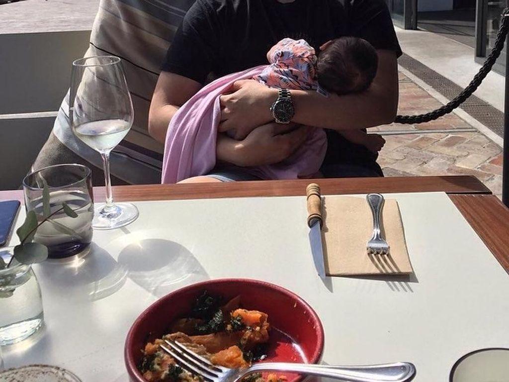 Makan siang di restoran, tidak membuat Vicky lupa tugasnya sebagai seorang Ayah. Dengan senyuman manisnya, Vicky terlihat sibuk menggedong sang putri di sela-sela acara makan siangnya. Foto: Instagram @vickykharisma