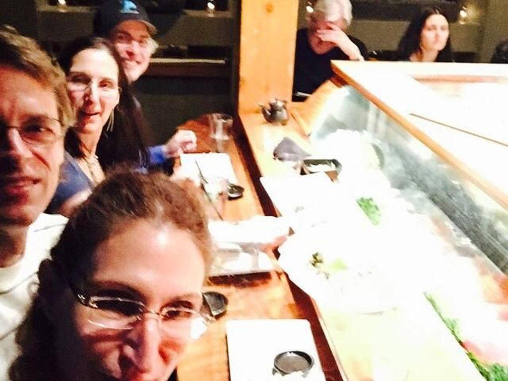 Makan-makan tampaknya jadi salah satu hobi Bonnie. Ia bersama teman-temannya baru saja makan di restoran Jepang. Mereka tampaknya habis makan sushi. Yummy! Foto: Instagram @bonnieaarons1