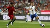 Bek Portugal Pepe berusaha mengejar penyerang Italia Ciro Immobile yang berlari kencang menggiring bola. Pepe mendapat kartu kuning pada laga itu karena pelanggaran terhadap Federico Chiesa. (REUTERS/Rafael Marchante)