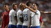 Giacomo Bonaventura mengatur jarak tembok pemain untuk antisipasi tendangan bebas Portugal. Italia belum benar-benar tampil lebih baik sejak dilatih Roberto Mancini. (REUTERS/Rafael Marchante)