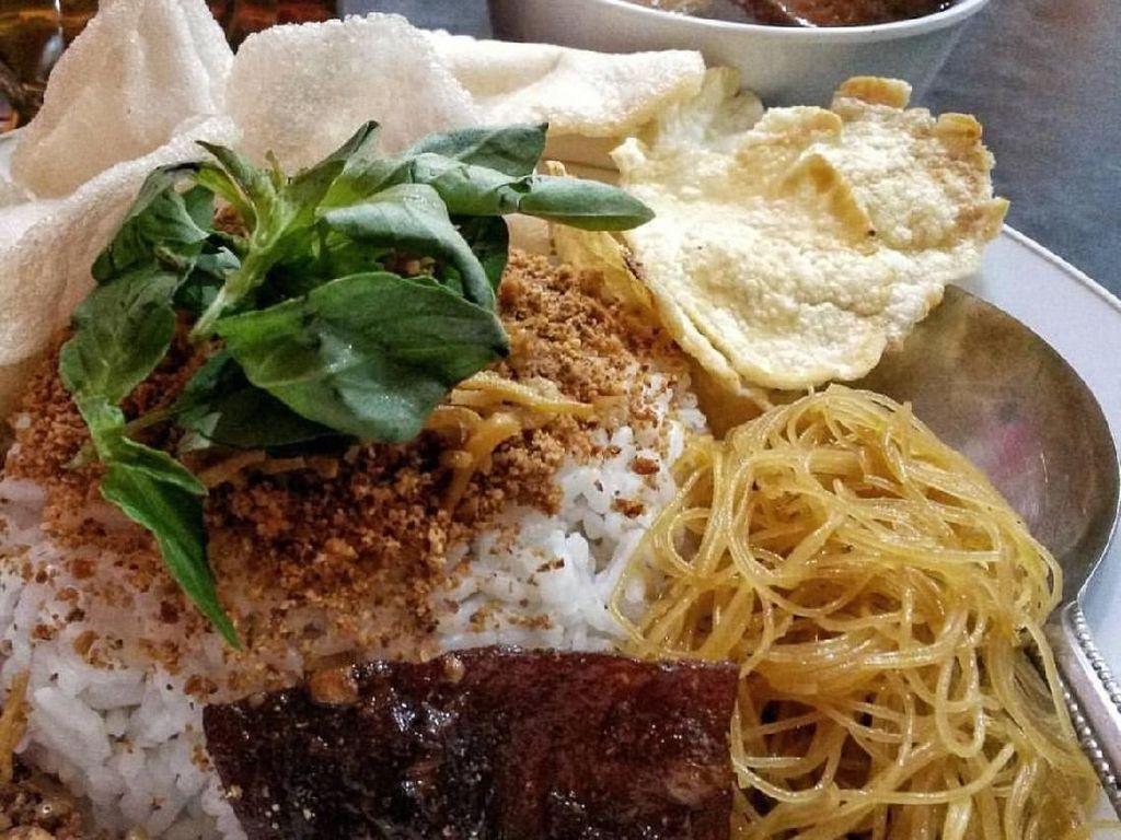 Kalau yang ini bumbunya ditaburkan di atas nasi tidak diaduk. Dari Tanjung Duren, nasi ulam ini lauknya dendeng dan suun goreng. Semurnya disajikan terpisah supaya nasi tetap kering. Foto: Instagram @kulinertanjungduren