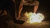 Dalam pawai obor, ada pula permainan bola api, seperti yang dilakukan warga di Cileunyi, Jawa barat.(Antara/Raisan Al Farisi)