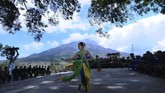 Warga menari saat pembuka Kirab Kerbau Suro Merbabu Merapi di Selo, Boyolali, Jawa Tengah, Senin (10/9). (Antara/Aloysius Jarot Nugroho)