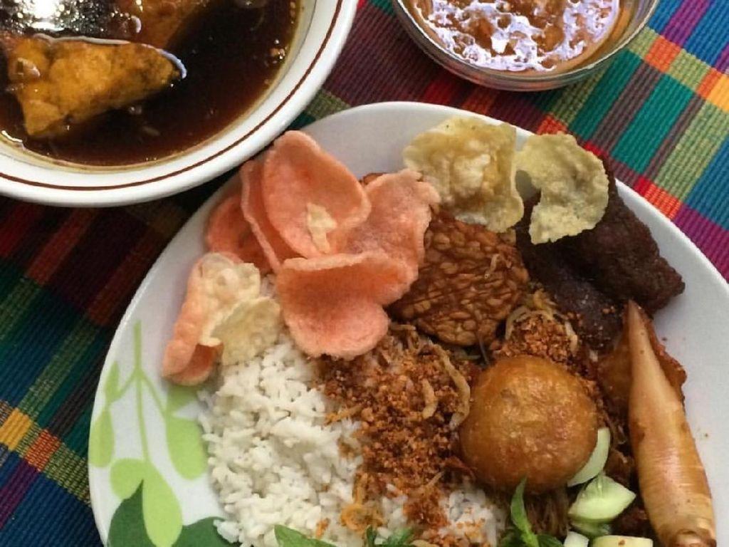 Biasanya nasi ulam versi kering, semur dipisah juga sambal kacangnya. Lauknya bisa cumi asin dan perkedel. Mantap! Foto: Instagram @alexfoodism
