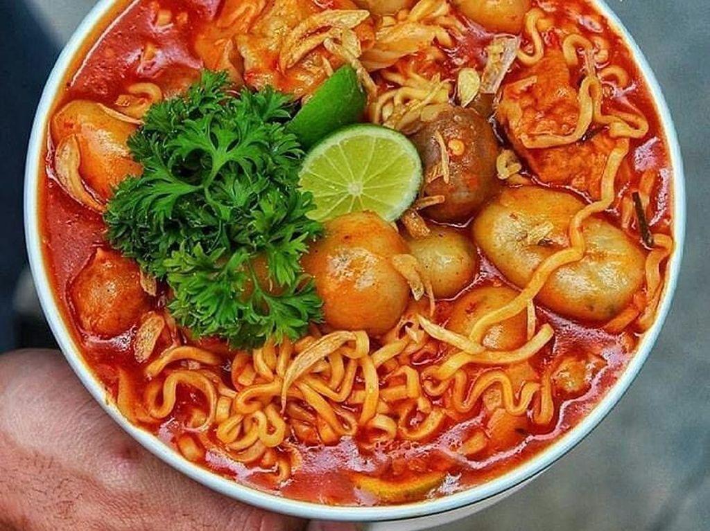 Kalau mau sekalian kenyang, pilih baso aci yang disajikan dengan mie kuning ini. Porsinya juga besar jadi siap buat mengganjal perut. Foto : Instagram @foodmedia.id