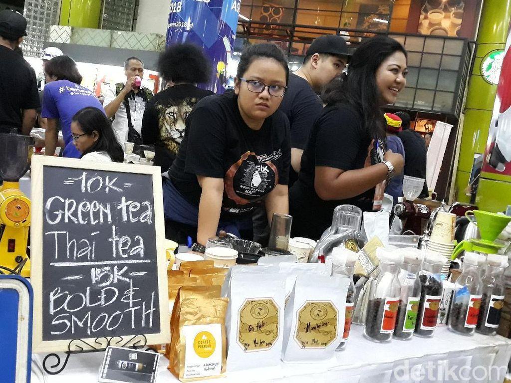 KAI sendiri merangkul sebanyak 200 barista lokal yang professional. Beragam jenis kopi tersedia baik untuk panas maupun dingin.Foto: Danang Sugianto/detikFinance
