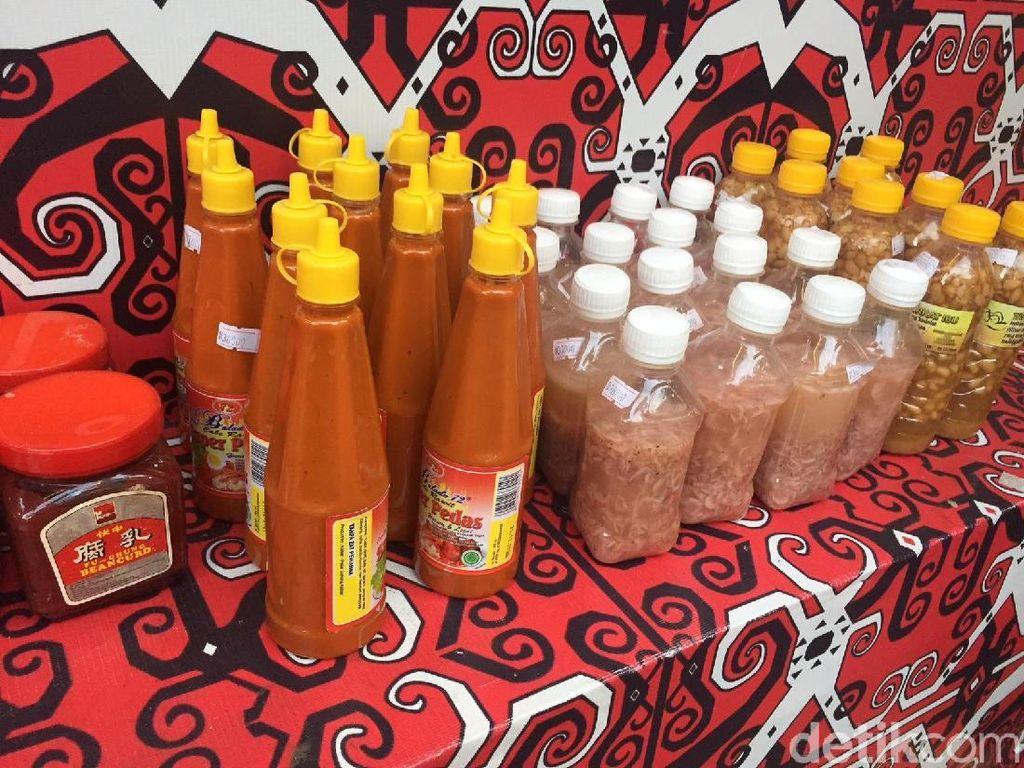 Sebelum pulang Anda bisa beli oleh-oleh makanan khas Pontianak. Kue bulan (pia) aneka isi dan berlapis serta sambal. Festival ini berakhir hari Minggu 16 Seotember, mampir yuk! Foto: detikfood